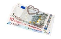 Eurobanknotes med en gem i form av hjärta Arkivfoto