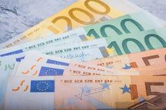 Eurobargeld Abschluss-in den Banknoten stockfotografie