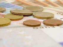 Eurobargeldbanknoten und -münzen Stockbilder