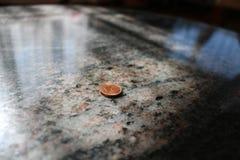 1 eurocent på en tabell Arkivfoton