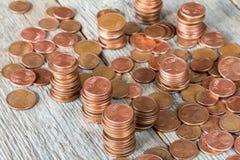 Eurocents gestapelt auf hölzernem Hintergrund Lizenzfreie Stockfotografie