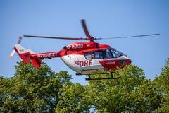 Eurocopter BK-117 от DRF Luftrettung летает над стороной посадки Стоковые Изображения