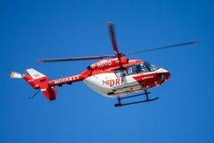 Eurocopter BK-117 de DRF Luftrettung voa sobre o lado da aterrissagem imagens de stock