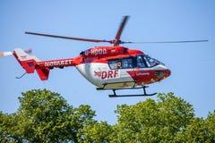 Eurocopter BK-117 de DRF Luftrettung voa sobre o lado da aterrissagem imagem de stock