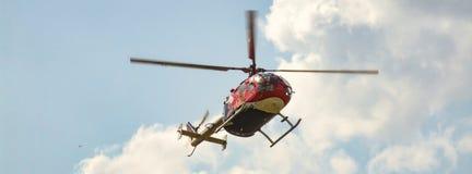 Eurocopter MBB BO-105 van de Vliegende Stieren tijdens de vlucht Royalty-vrije Stock Fotografie