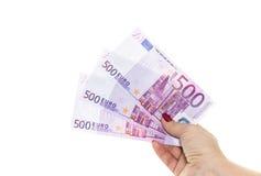 Euroet fakturerar 500 eurosedlar Räcka hållande pengar Europeisk Unio Arkivbilder