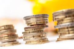 Euroet myntar högar och sedlar med gult piggy förbud Royaltyfri Fotografi
