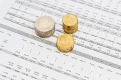 Euroet myntar olika valörer som staplas på datatabellen Royaltyfria Foton