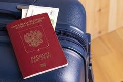 Euroet och det ryska passet med en blå resväska, ordnar till för en affärs- eller ferietur utomlands arkivbilder