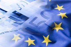 Euroflagge Fokus auf Seil Fünf, 10 und fünfzig Eurobanknoten Bunte wellenartig bewegende Flagge der Europäischen Gemeinschaft auf Lizenzfreie Stockfotografie