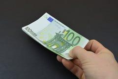 Eurogeld in der Hand lizenzfreie stockfotografie