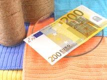 Eurogeld eingestellt mit Weinleseweißflasche Stockfotos