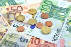Eurogeld-Münzen und Banknoten als Hintergrund Lizenzfreie Stockfotos