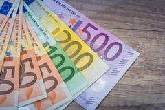 Eurogeld: Nahaufnahme von 500 200 100 50 20 Banknoten Stockfotografie