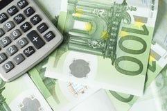 Eurogeld und Rechner Stockfotografie