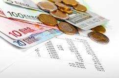 Eurogeldmünzen und -banknoten mit Rechnung lizenzfreie stockbilder