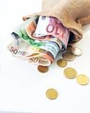 Eurokassa, fakturerar och mynt som gömmas undan i säck arkivbild