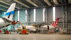 Eurolot航空公司ATR42在地面服务期间的 库存图片