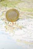 Euromünze auf einer Karte von Griechenland Lizenzfreies Stockfoto