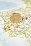 Euromünze auf einer Karte von Portugal Lizenzfreie Stockbilder
