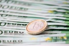 Euromünze auf einigen Banknoten Lizenzfreies Stockbild