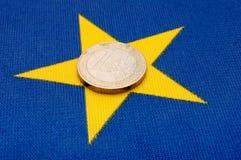 Euromünze auf EU-Markierungsfahne Lizenzfreies Stockfoto