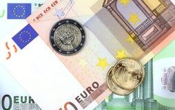 Euromünze auf Eurohintergrund Stockfotografie