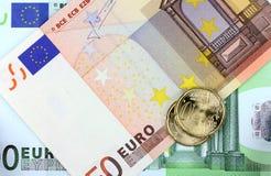 Euromünze auf Eurohintergrund Stockfoto