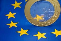 Euromünze auf europäischer Markierungsfahne lizenzfreies stockbild