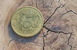 Euromünze auf hölzerner Tabelle Stockfotografie