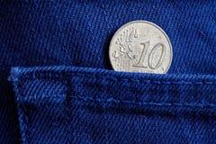 Euromünze mit einer Bezeichnung Eurocents 10 in der Tasche von blauen Denimjeans Stockbild