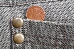 Euromünze mit einer Bezeichnung von einem Eurocent in der Tasche von alten getragenen braunen Denimjeans Stockbilder
