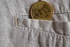 Euromünze mit einer Bezeichnung von 50 Eurocents in der Tasche der abgenutzten Leinenhose Lizenzfreies Stockfoto