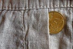 Euromünze mit einer Bezeichnung von 50 Eurocents in der Tasche der alten Leinenhose Lizenzfreie Stockfotos