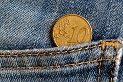 Euromünze mit einer Bezeichnung von 10 Eurocents in der Tasche von blauen getragenen Denimjeans Lizenzfreie Stockbilder