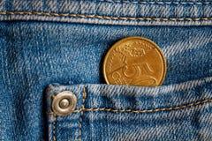 Euromünze mit einer Bezeichnung von 50 Eurocents in der Tasche von hellblauen Denimjeans Lizenzfreies Stockbild