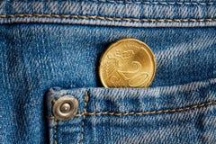 Euromünze mit einer Bezeichnung von 20 Eurocents in der Tasche von hellblauen Denimjeans Lizenzfreie Stockfotografie