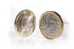 Euromünze mit neuer Designpfundmünze Lizenzfreie Stockfotos