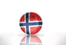 Euromünze mit norwegischer Flagge auf dem Weiß Lizenzfreie Stockfotografie