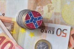 Euromünze mit verbündeter Marinesteckfassungsflagge auf dem Eurogeldbanknotenhintergrund stockfotografie
