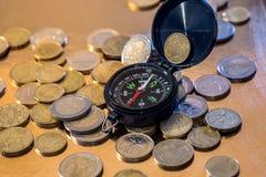 Euromünze und Kompass Lizenzfreie Stockfotos
