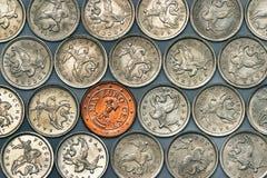 Euromünze unter russischen Münzen Lizenzfreies Stockfoto