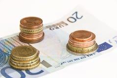 Euromünzen auf Banknote Lizenzfreie Stockbilder