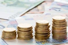 Euromünzen auf Banknotengeldhintergrund Lizenzfreie Stockfotos