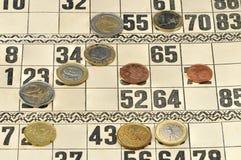 Euromünzen auf den Karten für russisches Lottospiel Stockfotografie