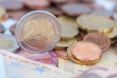 Euromünzen auf eine Banknote Lizenzfreies Stockbild