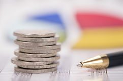 Euromünzen gestapelt über Daten des Devisenmarkts Stockbild