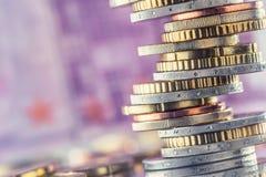 Euromünzen gestapelt auf einander in den verschiedenen Positionen Geld c Lizenzfreies Stockbild