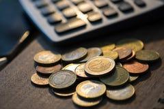 Euromünzen mit Taschenrechner, Geldkonzept, Abschluss oben Stockbild