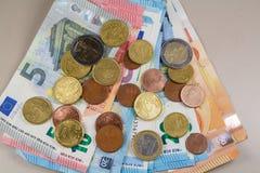 Euromünzen und Banknoten Stockbilder